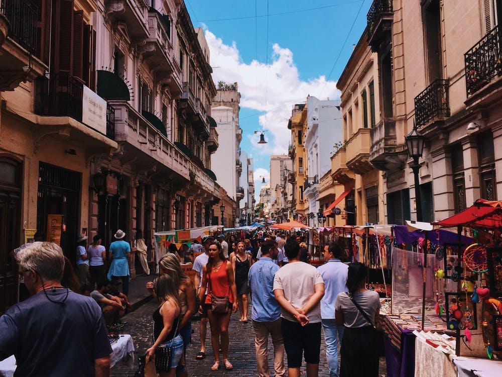 Vista di mercatini estivi e tante persone che passeggiano