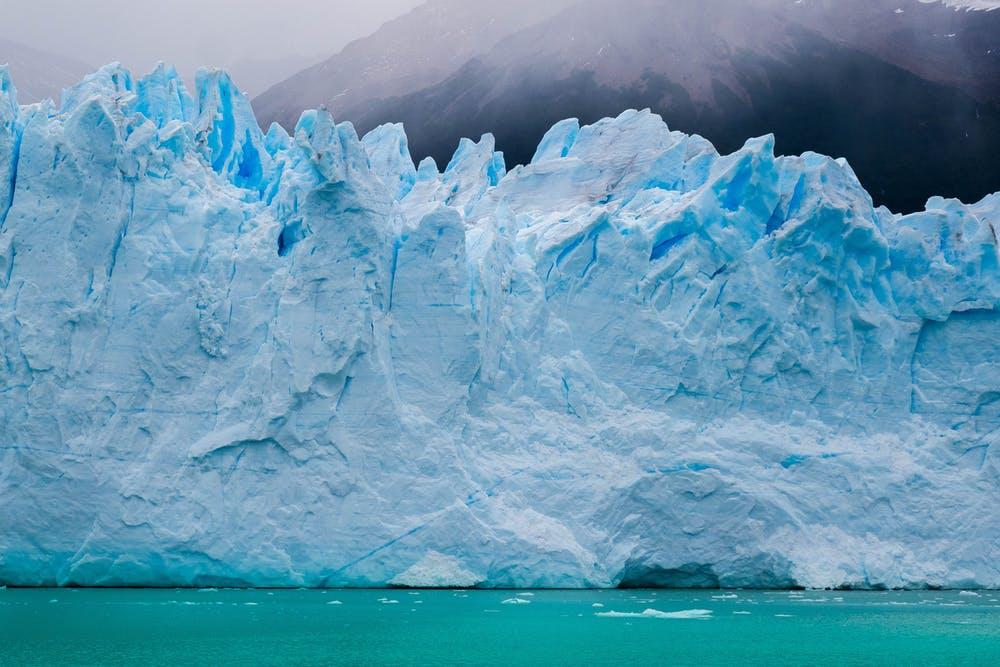 Vista di ghiacciai di fronte a delle montagne