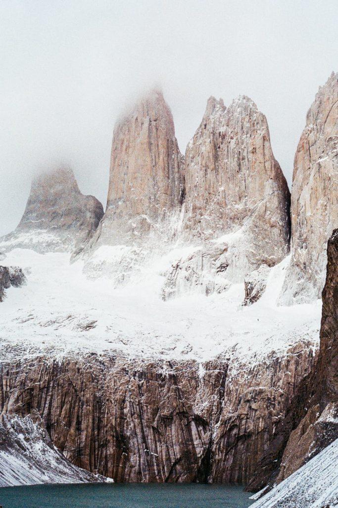 Vista montagne alte con neve