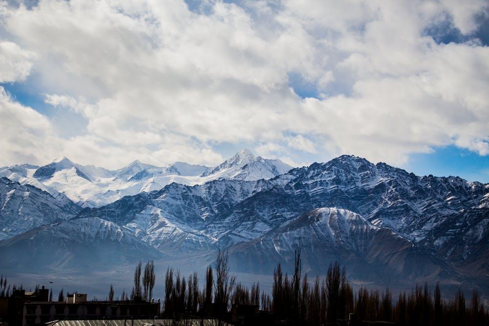 Vista montagne coperte di neve con un cielo nuvoloso