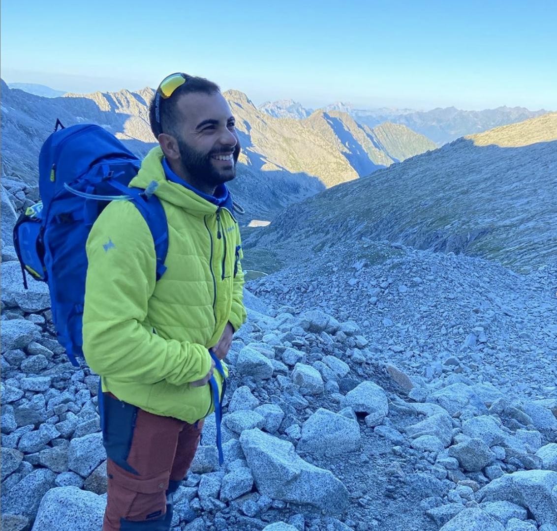 Foto di Davide, founder di Alps Platform, mentre sta facendo un percorso in montagna