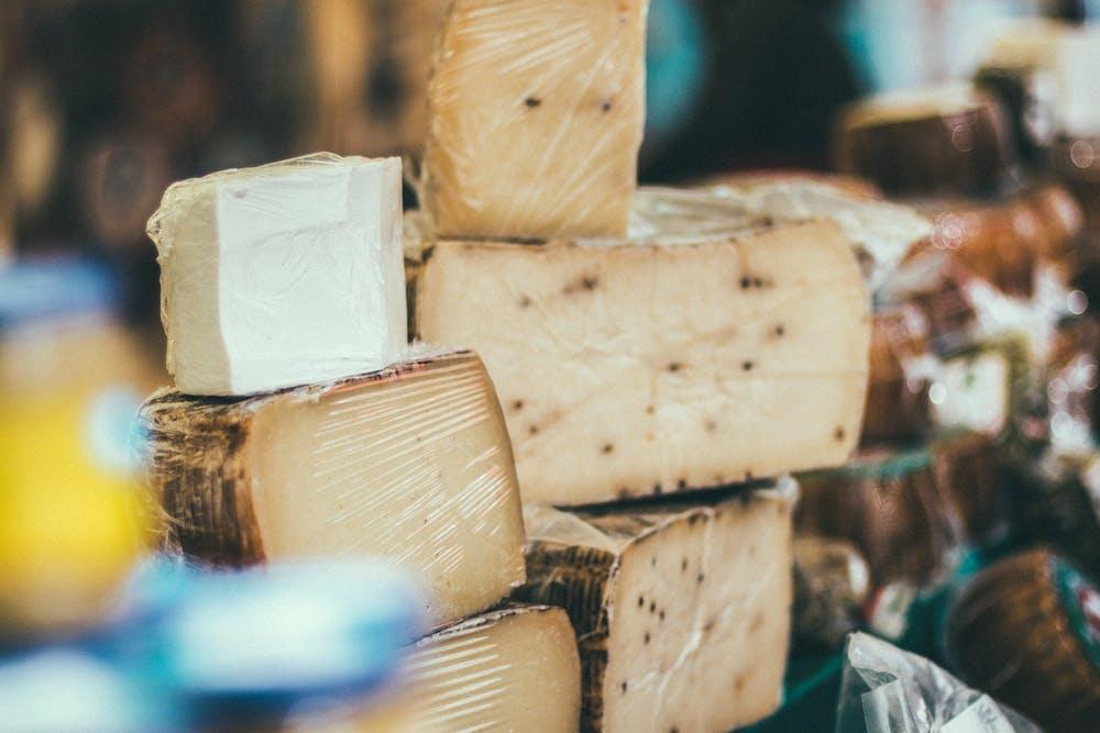 Foto di formaggi coperto da una pellicola trasparente