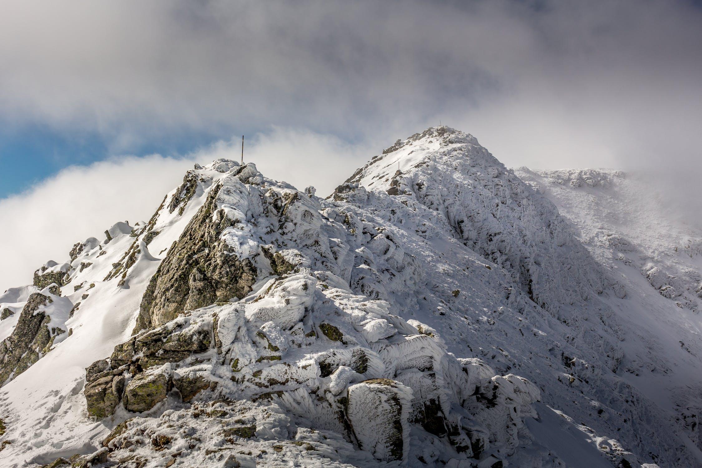 Vista della cima di una montagna coperta di neve