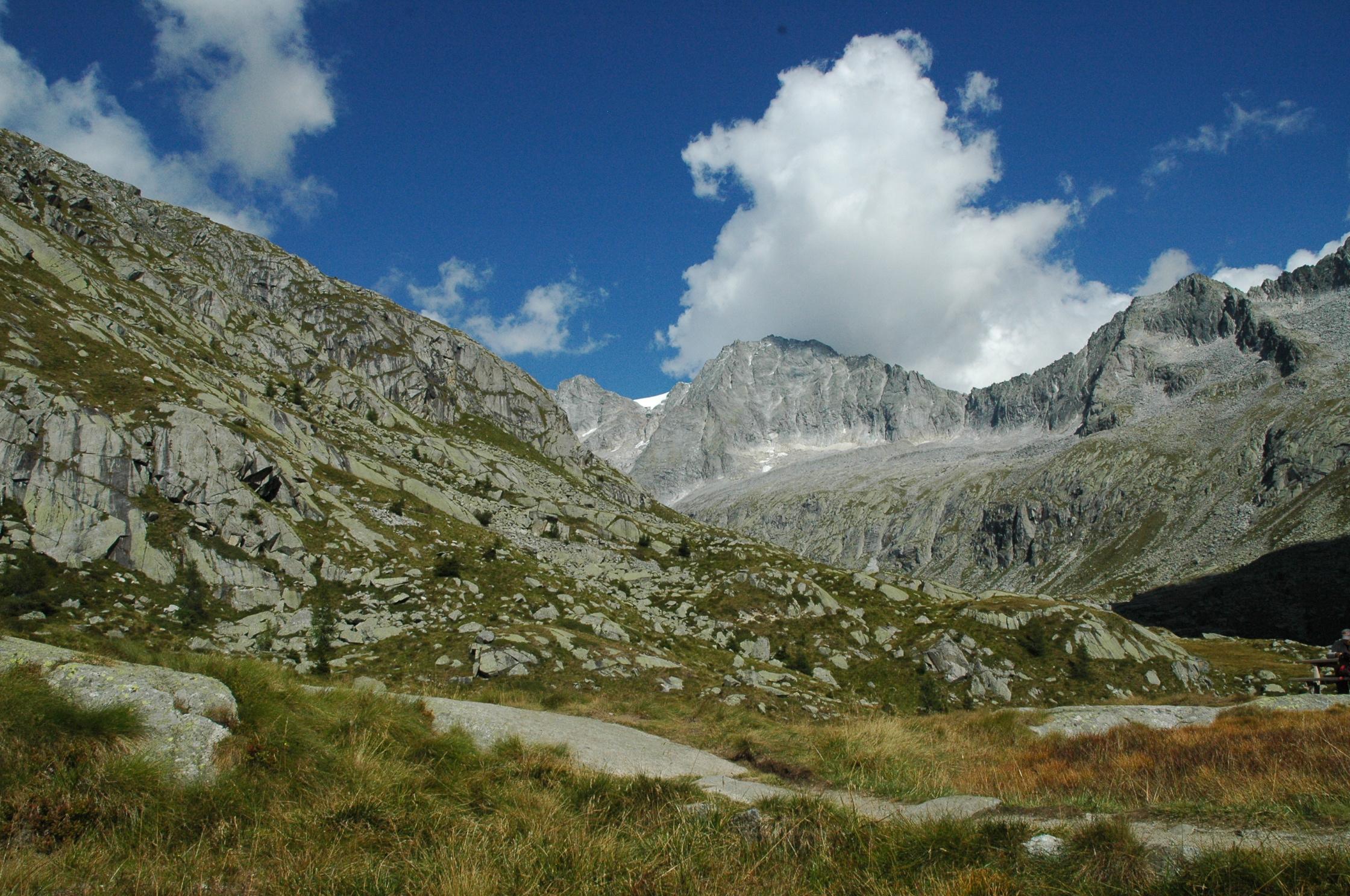 Vista montagne rocciose, ma verdi con un cielo sereno e poche nuvole sparse