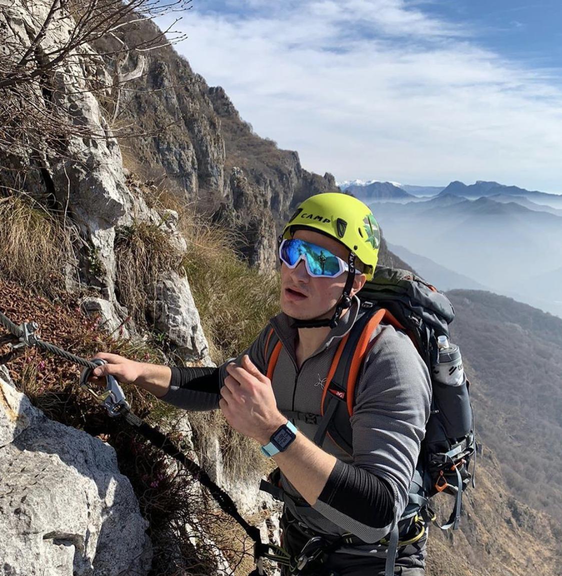 Foto di un ragazzo che si arrampica sulla montagna