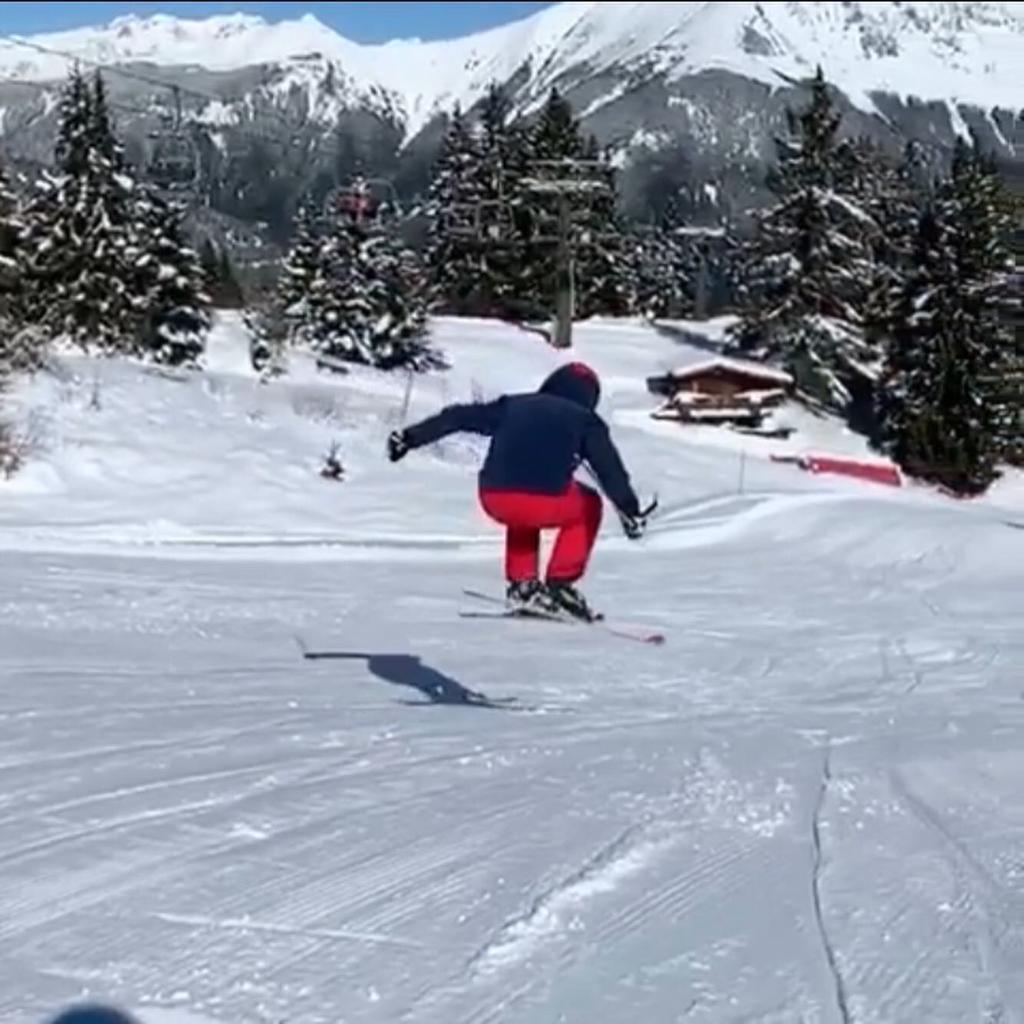 Vista di una pista da scii e un ragazzo mentre sta sciando