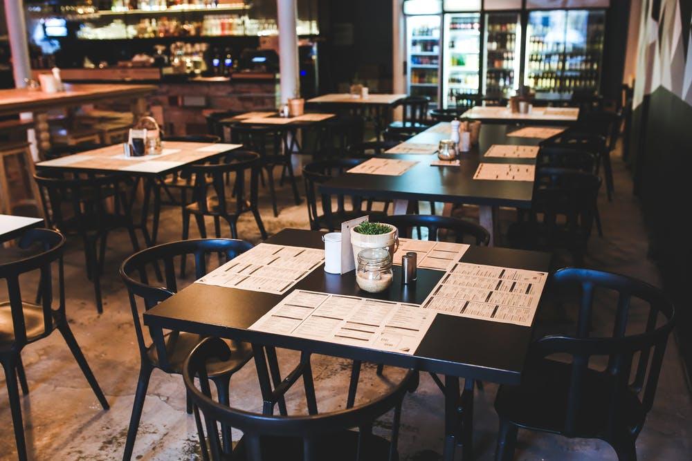 Foto di tavoli vuoti da ristorante