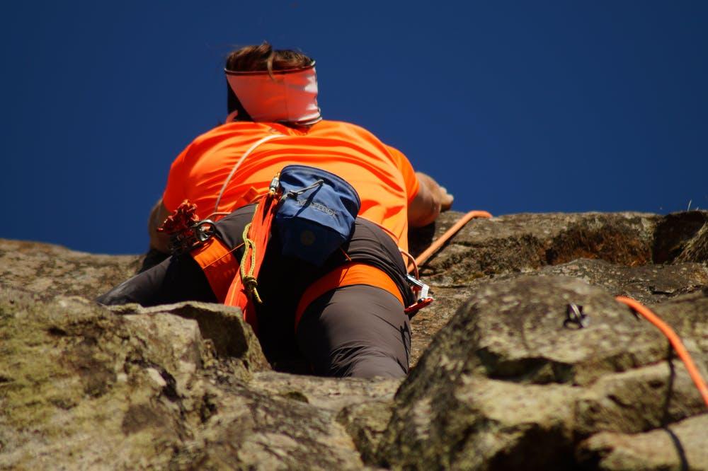 Foto di un ragazzo che si arrampica su una montagna