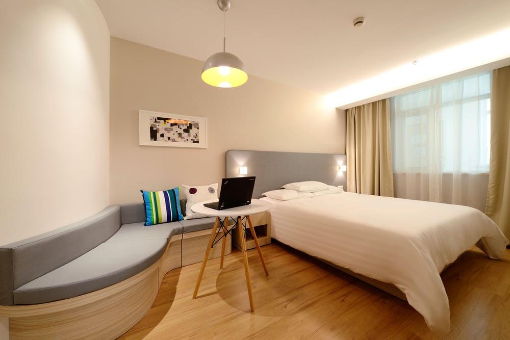 Foto di una camera accogliente con un letto singolo