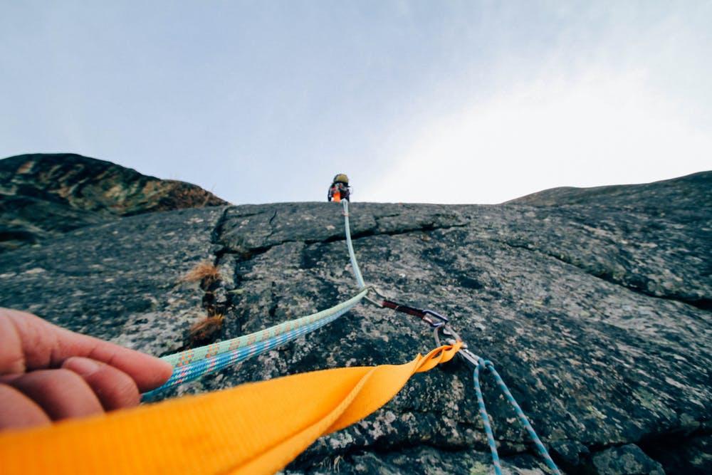 Foto di una corda di un percorso di arrampicata