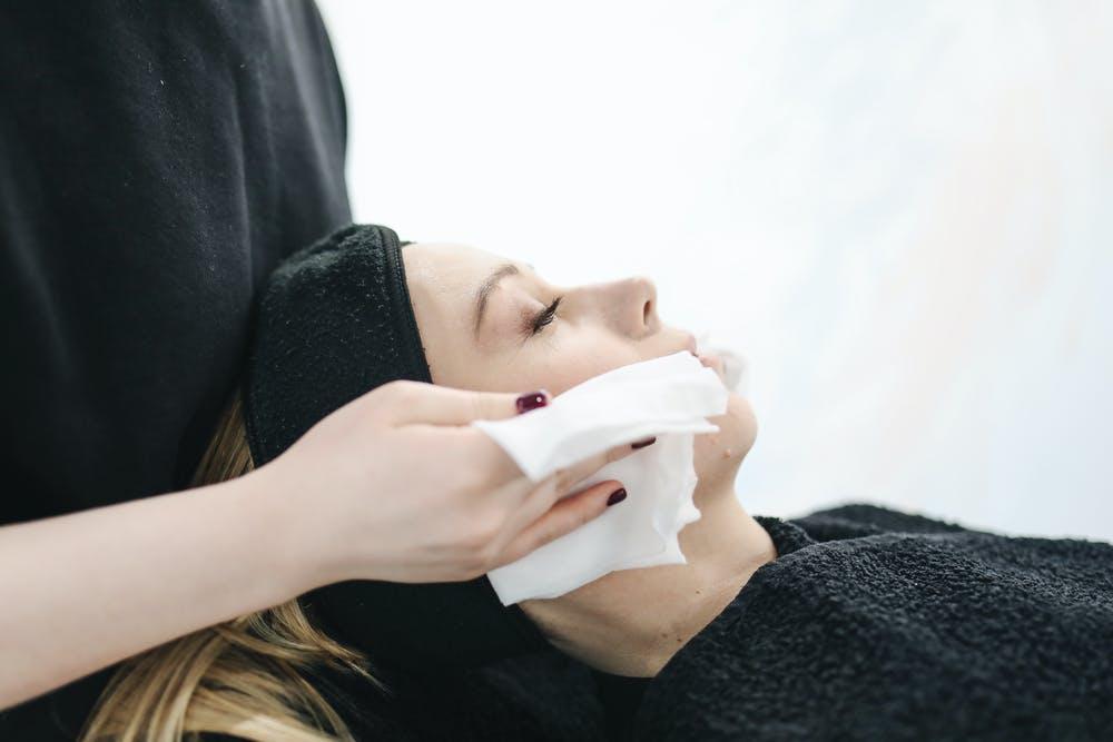 Foto di una ragazza mentre sta facendo la cura del viso