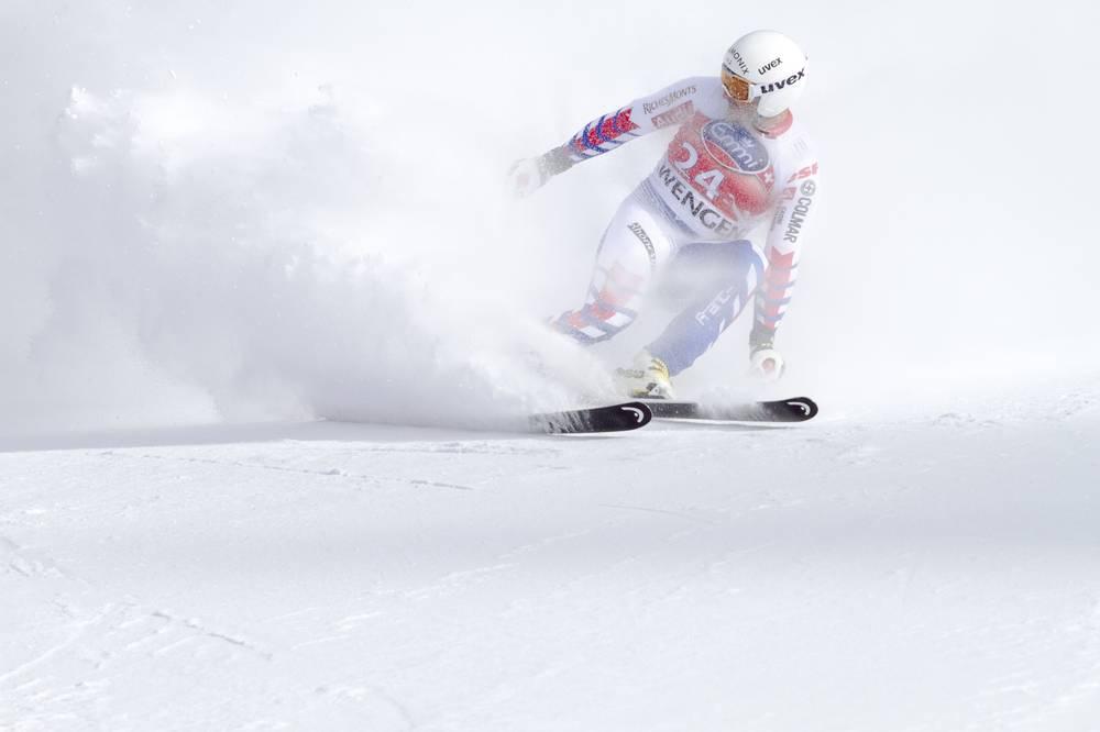 Foto di un atleta di scii mentre scia