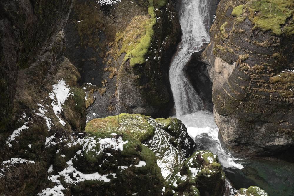Vista cascata in mezzo ad una montagna