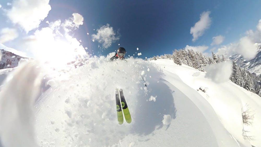 Foto di un ragazzo mentre scia