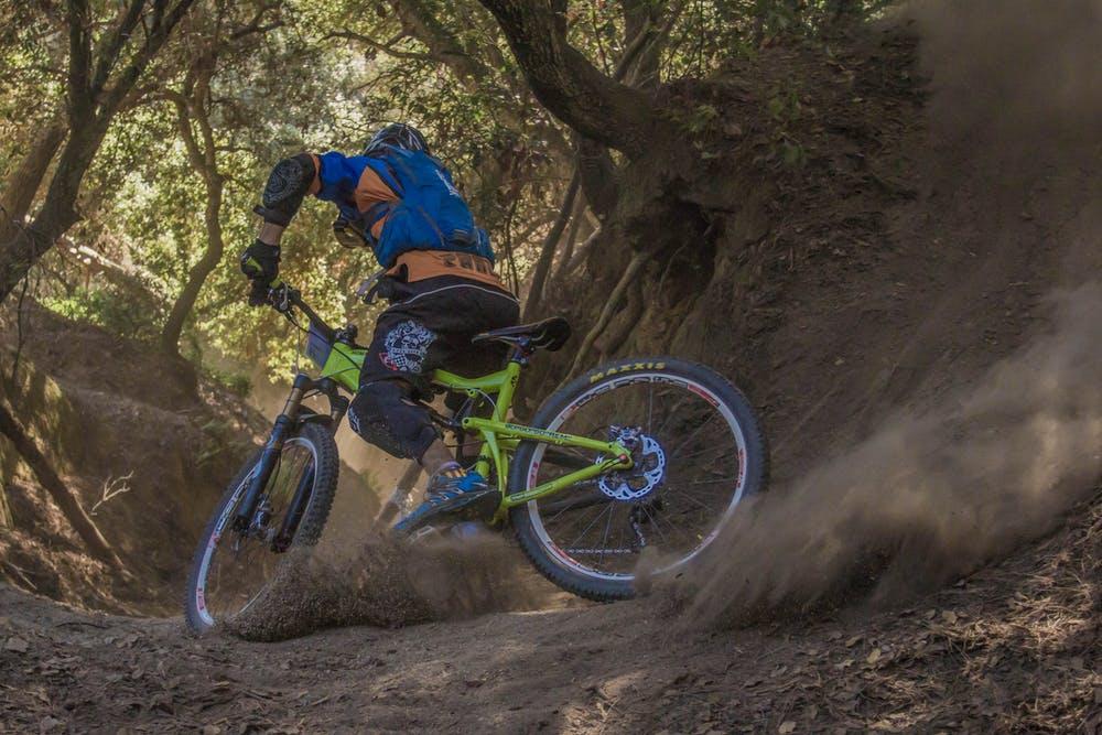 Foto di un ragazzo durante il suo percorso con la mountain bike
