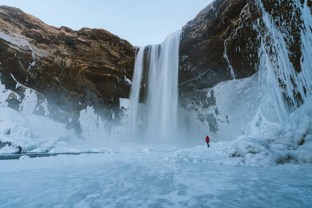 Vista di una cascata di neve dalle montagne