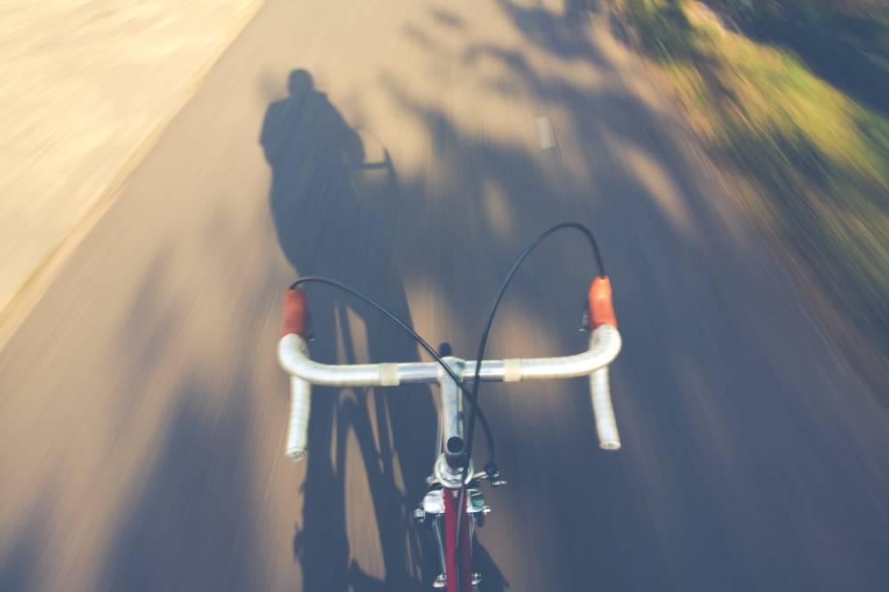 Foto dell'ombra di un ragazzo su una mountain bike
